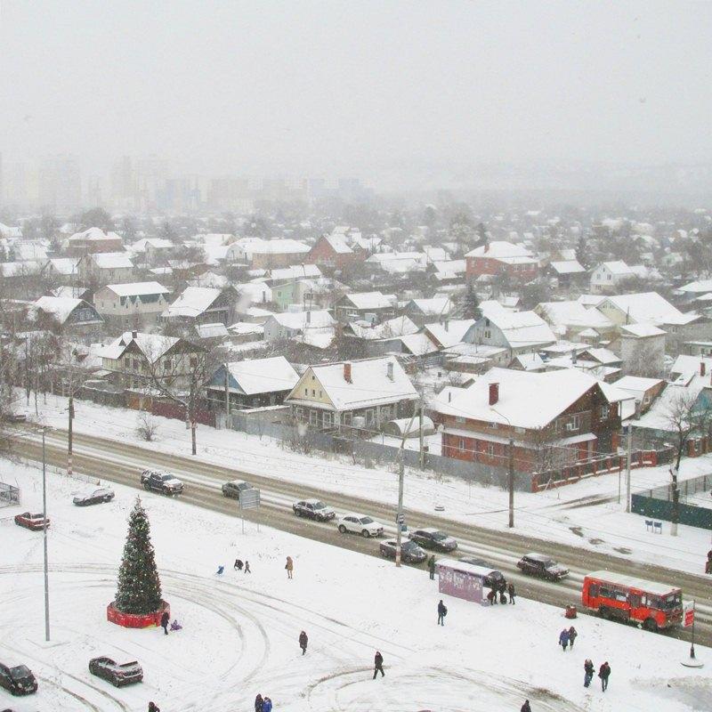 вид из окна на снежный город